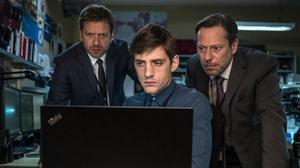 Jonathan Zaccaï, Jules Sagot y Mathieu Amalric, de izquierda a derecha, en una escena de 'Oficina de infiltrados'.