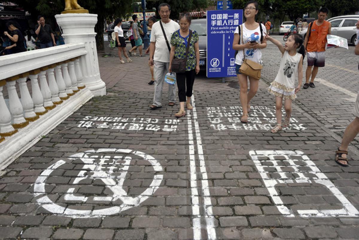 China inventa el primer carril para usuarios de teléfono móvil, en la ciudad deChongqing.