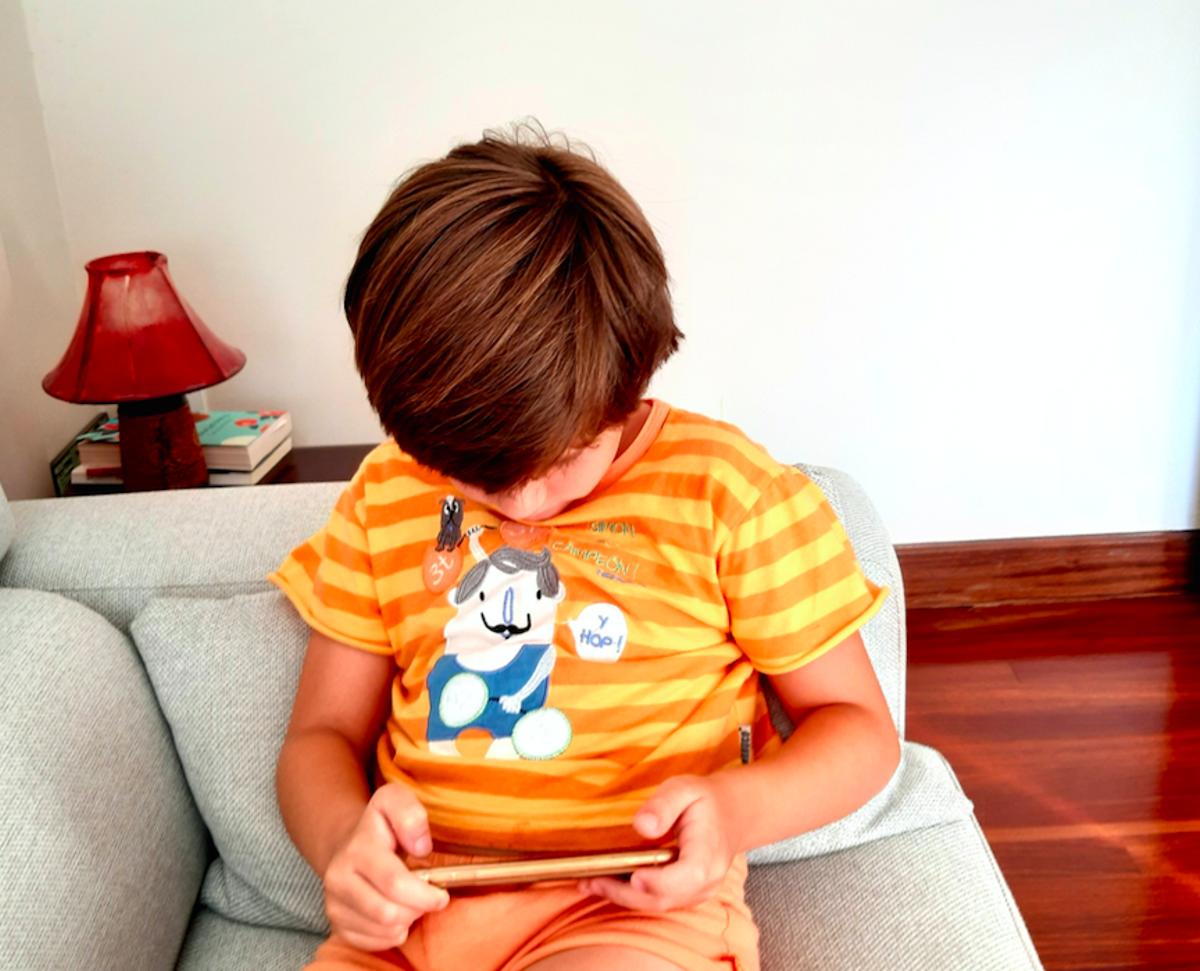 Un niño juega con el móvil de su madre.