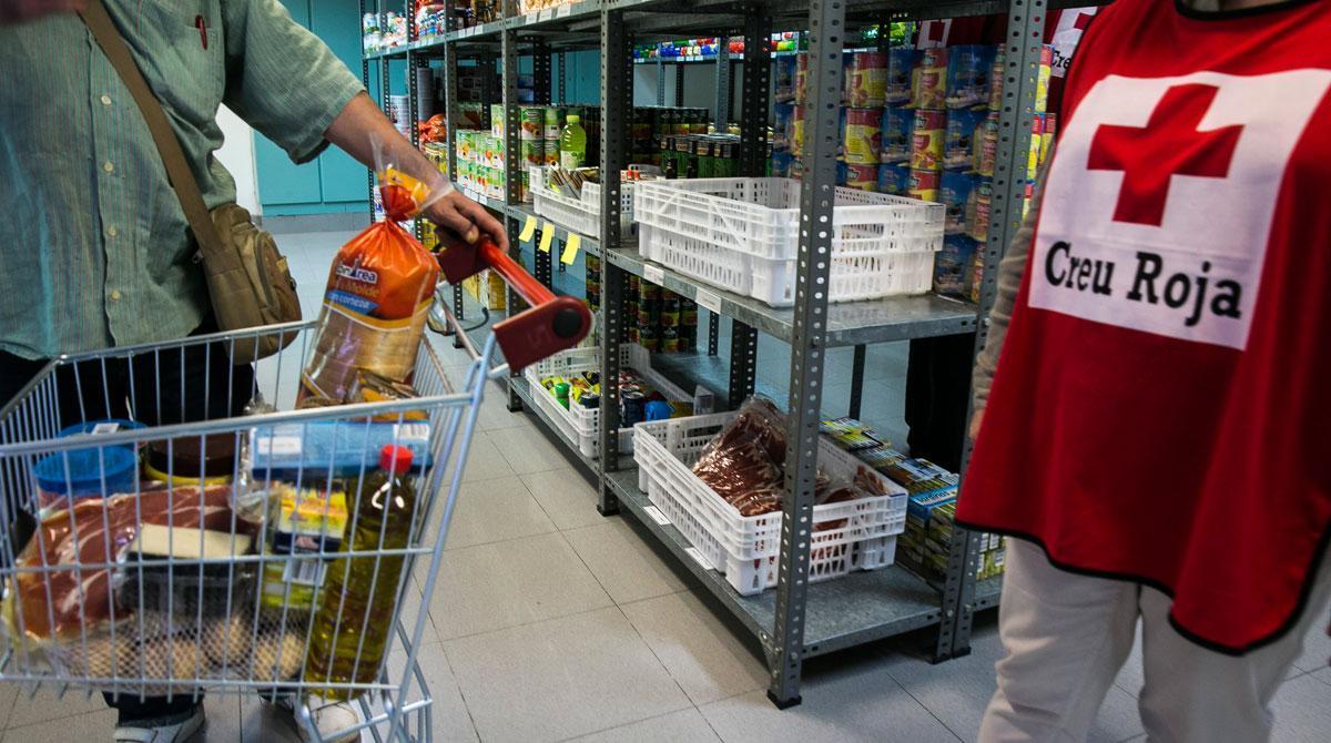 La Cruz Roja trabaja para cubrir las necesidades alimentarias de las personas sin recursos o con situaciones sobrevenidas a causa de la covid