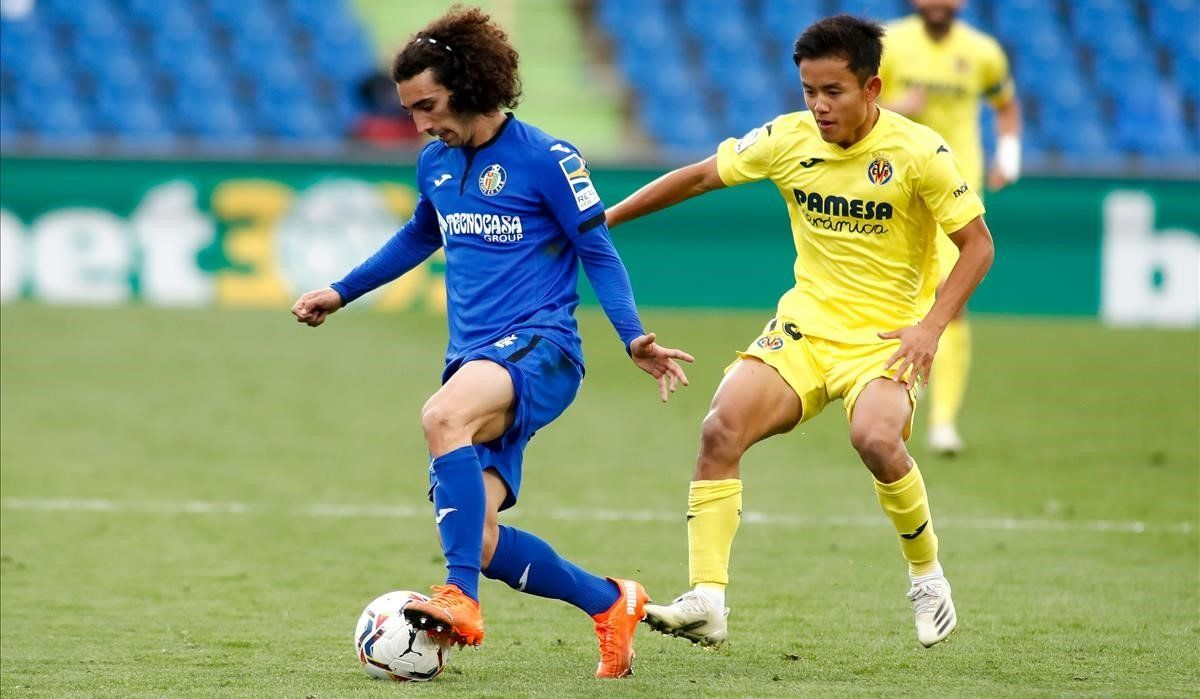 Cucurella controla un balón en el partido contra el Villarreal.