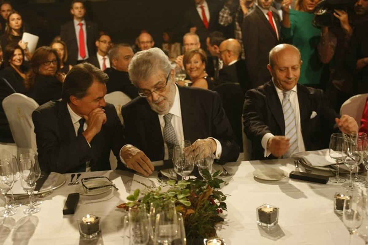 Mas, Lara y Wert, durante la cena del Premio Planeta.