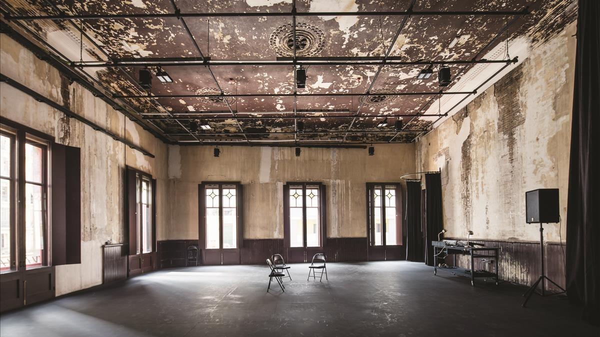 La histórica cooperativa Pau i Justícia, en el Poblenou, transformada enlaSala Beckett, que en algunas de sus salas conserva la estética del antiguo edificio.