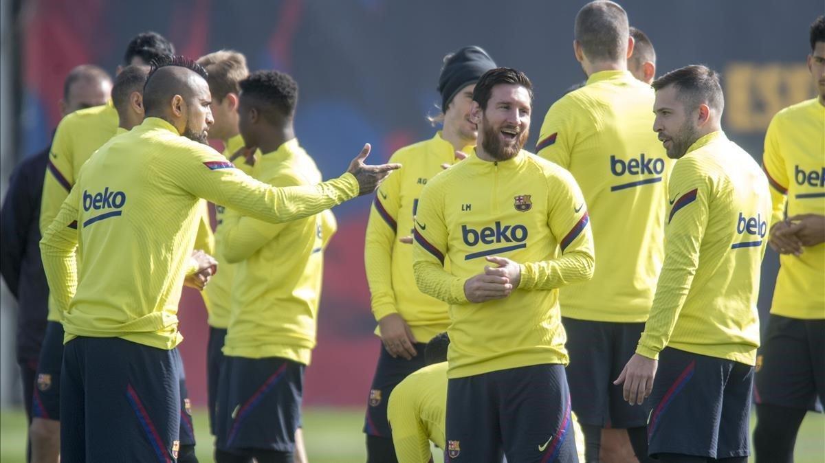 Messi sonrie entre Vidal y Alba antes de empezar el entrenamiento previo al Clasico de este domingo en el Bernabeu.