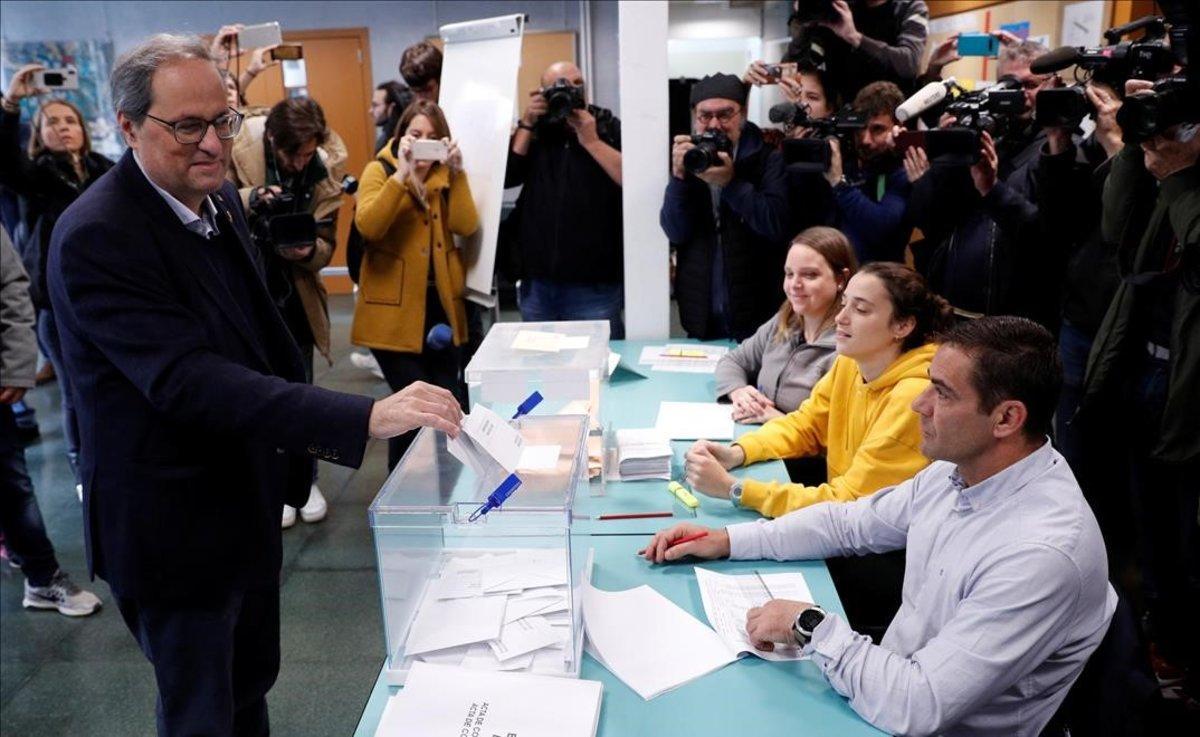 Quim Torra deposita su voto en Barcelona. Ha coincidido que su hija Helena ejercía de presidenta de la mesa electoral.