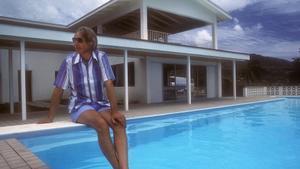 George Martin en los estudios AIR Montserrat, en una imagen del documental 'Bajo el volcán'.