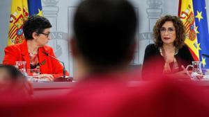 Las titulares de Hacienda y Exteriores, María Jesús Montero y Arancha González Laya, este 27 de abril tras la reunión semanal del Consejo de Ministros.