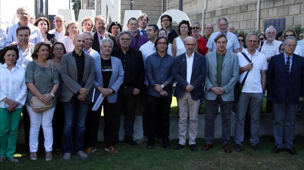 Miembros de la Plataforma d'Entitats Culturals y representantes de algunas instituciones adheridas, en la presentación del manifiesto.