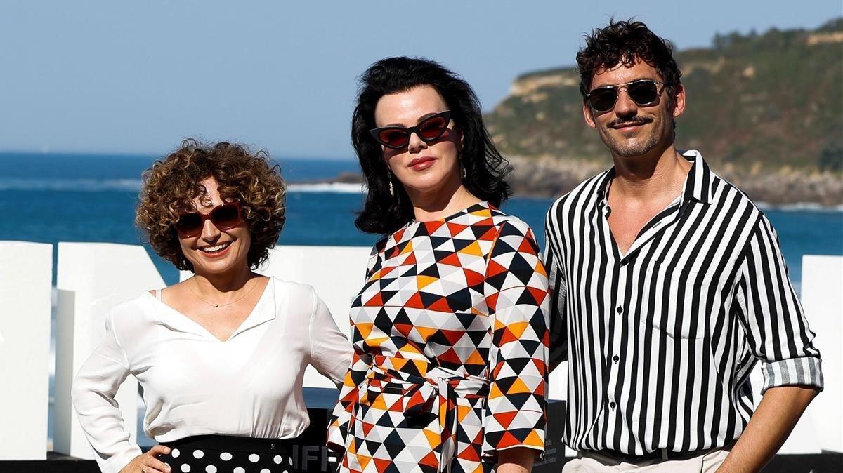 Anna Costa, Debi Mazar y Paco León, en el Festival de San Sebastián.