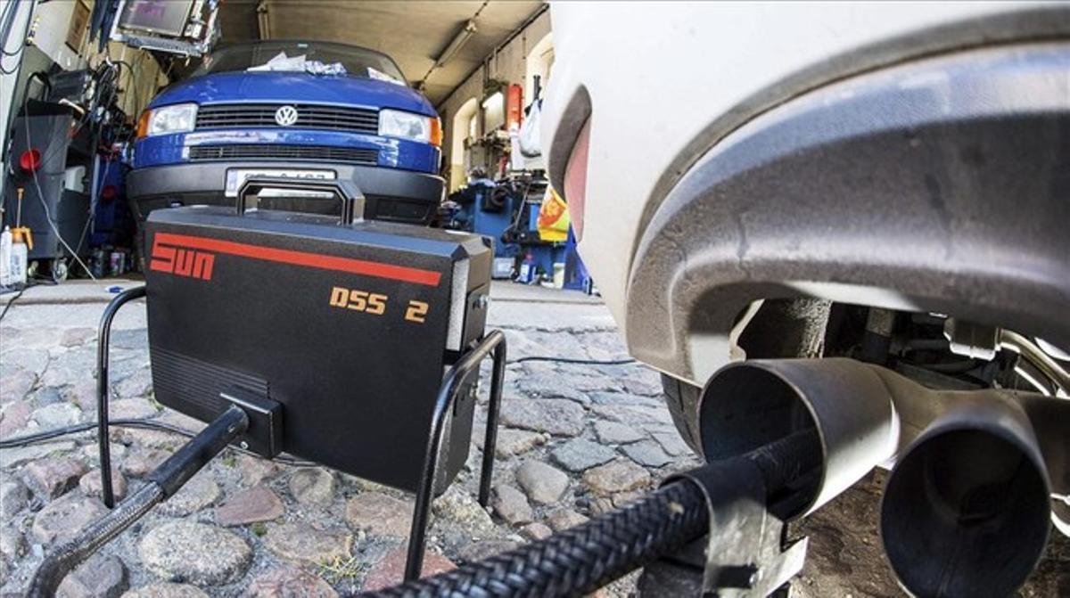 Un dispositivo mide las emisiones de un vehículo de Volkswagen, en Fráncfort del Oder.