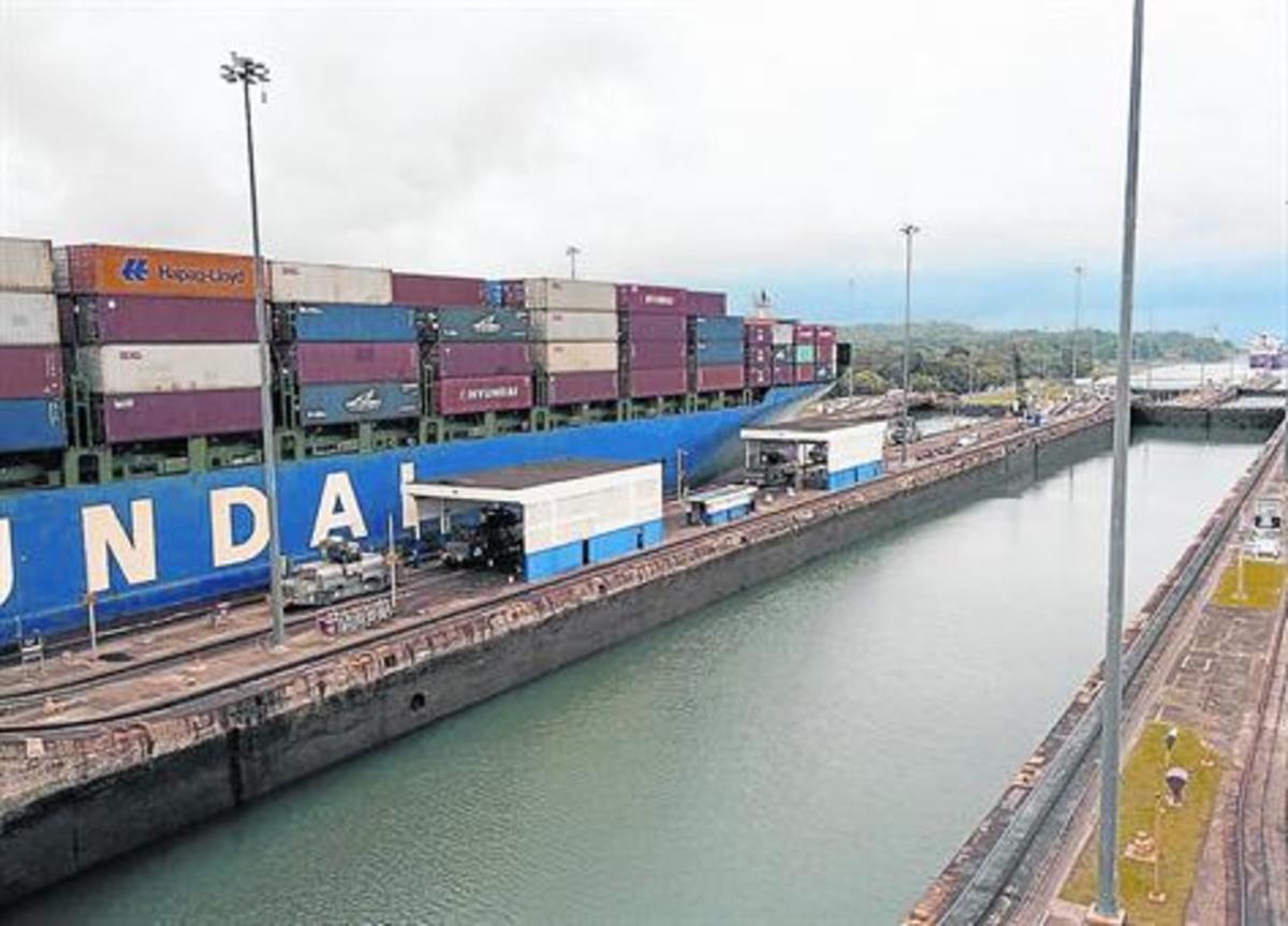 Un barco cruza en dirección al Pacífico las esclusas del Atlántico a través del viejo trayecto del canal.