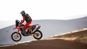 Barreda, en acción, con su  Honda , en una zona de dunas del Dakar