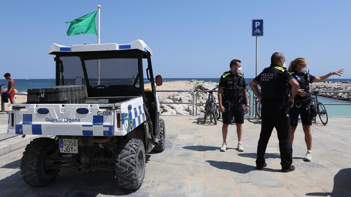 Tres agentes de la Guardia Urbana en la playa del Bogatell de Barcelona, el pasado 11 de julio.