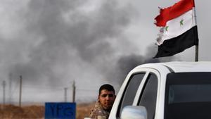 Un soldado sirio se dirige al frente de Tel Amir.