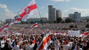 Multitudinaria manifestación en contra de Lukashenko, este domingo en las calles de Minsk.