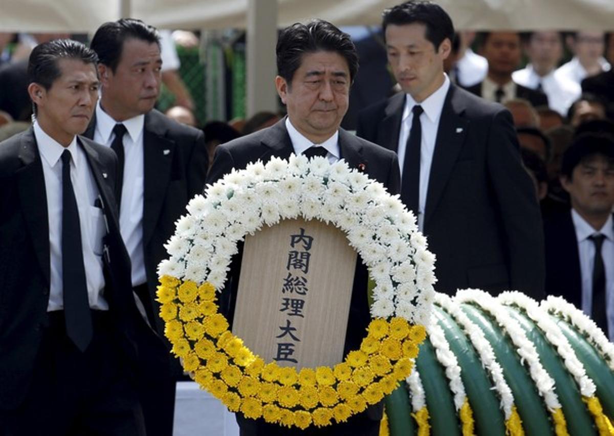 El primer ministro de Japón, Shinzo Abe, hace una ofrenda floral en memoria de las víctimas de la bomba atómica lanzada en Nagasaki en 1945.