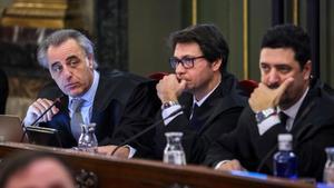 El abogado Josep Riba, en el centro.