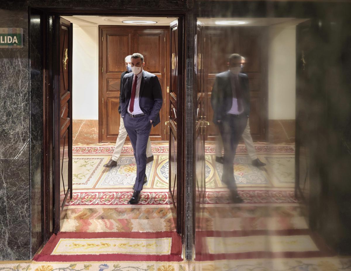 El presidente del Gobierno, Pedro Sánchez, en los pasillos del Congreso, durante su comparecencia en defensa de los indultos del 'procés', el pasado 30 de junio.Detrás de él, el director del Departamento de Asuntos Institucionales de su Gabinete, Iván García Yustos.