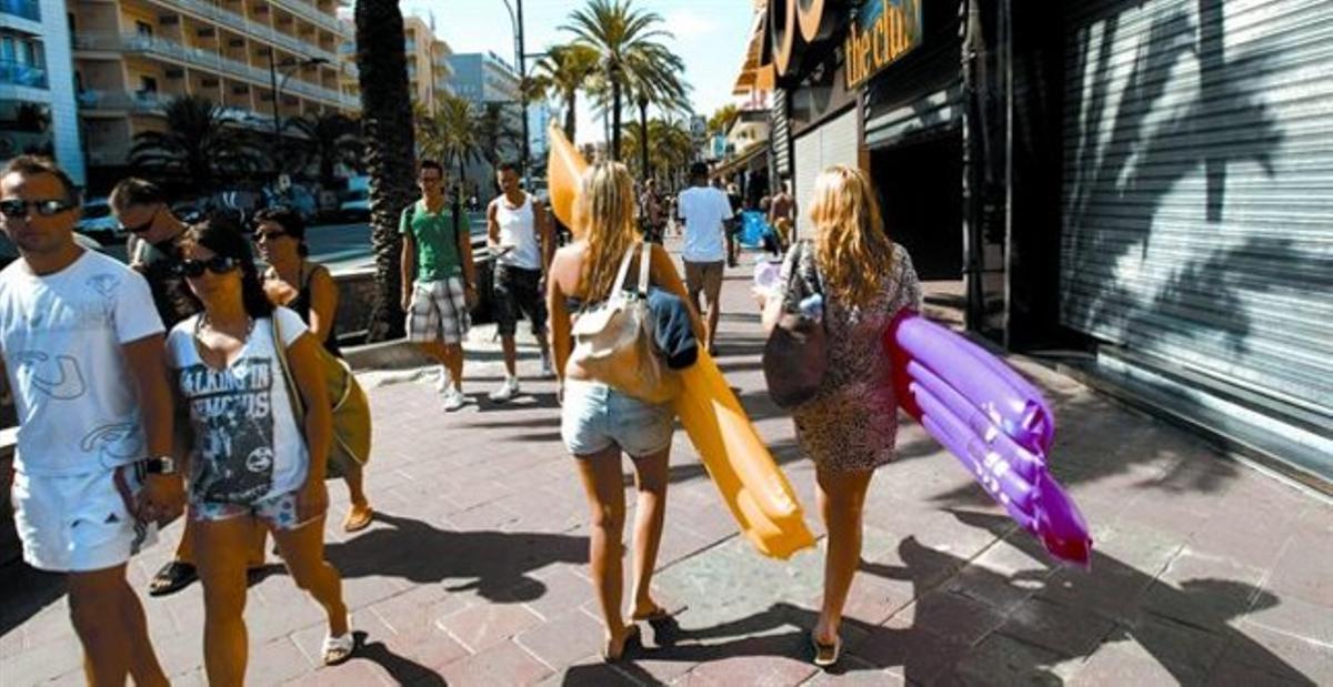 Grupos de turistas pasean, ayer, por Just Marlés, la avenida de la marcha nocturna.
