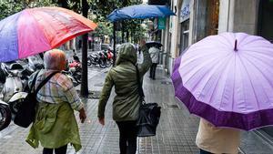 El calor sofocante que invade casi toda la península y sobre todo Canarias, donde este miércoles han soportado hasta 40 grados debido a una masa de aire africano, seguirá al menos hasta el viernes, cuando los termómetros bajarán de 10 a 15 grados y el ambiente empezará a ser mas otoñal que veraniego.