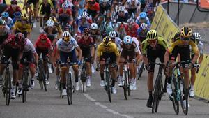Van Aert, a la derecha, se impone en la primera etapa del Dauphiné, con Valverde (centro), en cuarta posición.