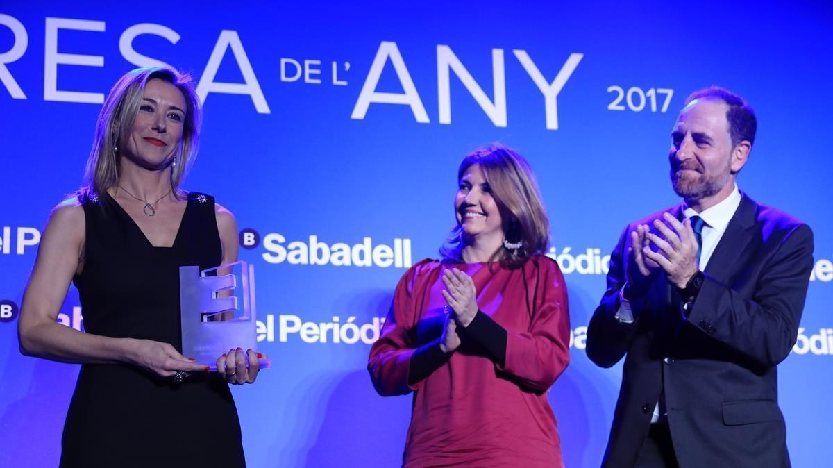 El premio Equipara fue paraAnna Gener de Savills Aguirre Newman. En la foto junto a Blanca Sorigué y Enric Hernández.