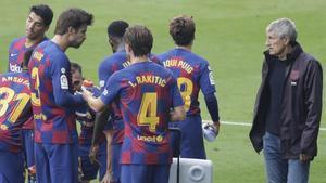 Quique Setién y el resto de los jugadores del Barça, en una pausa de hidratación durante el partido de Vigo.