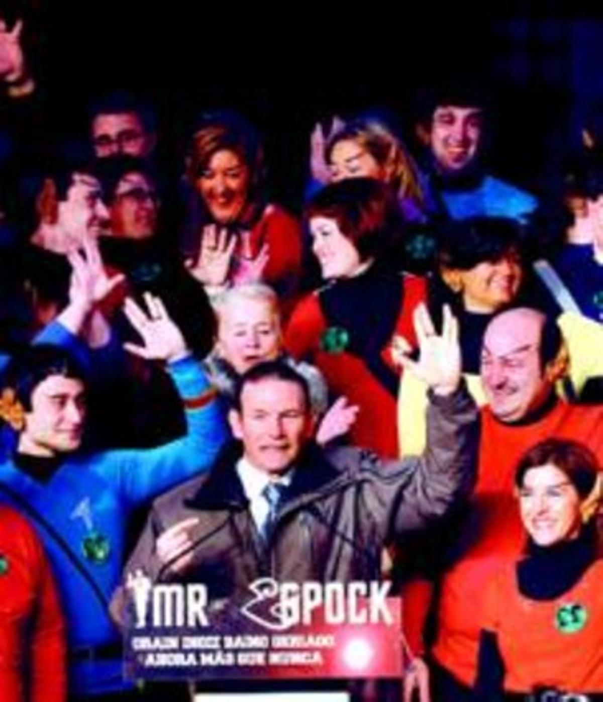 Jolgorio vespertino. Ibarretxe y jóvenes de su partido imitan el gesto característico del comandante Spock, personaje de Star Trek.