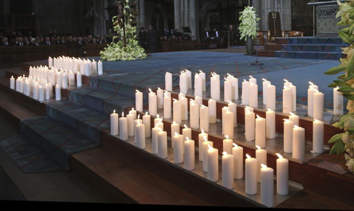 Velas encendidas durante el funeral de Estado en Colonia por las víctimas de Germanwings.