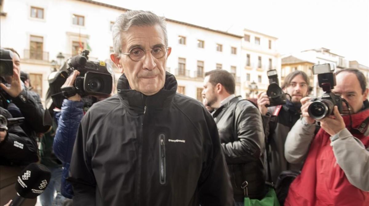 El padre Román, acusado de abusos sexuales a un menor, a su llegada a la Audiencia de Granada, el lunes 6 de marzo.