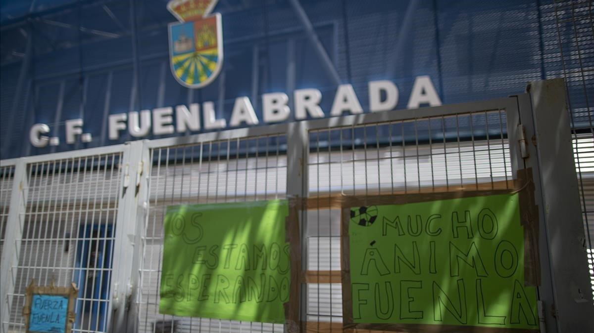 Mensajes de apoyo al Fuenlabrada en la puerta del Estadio Fernando Torres.