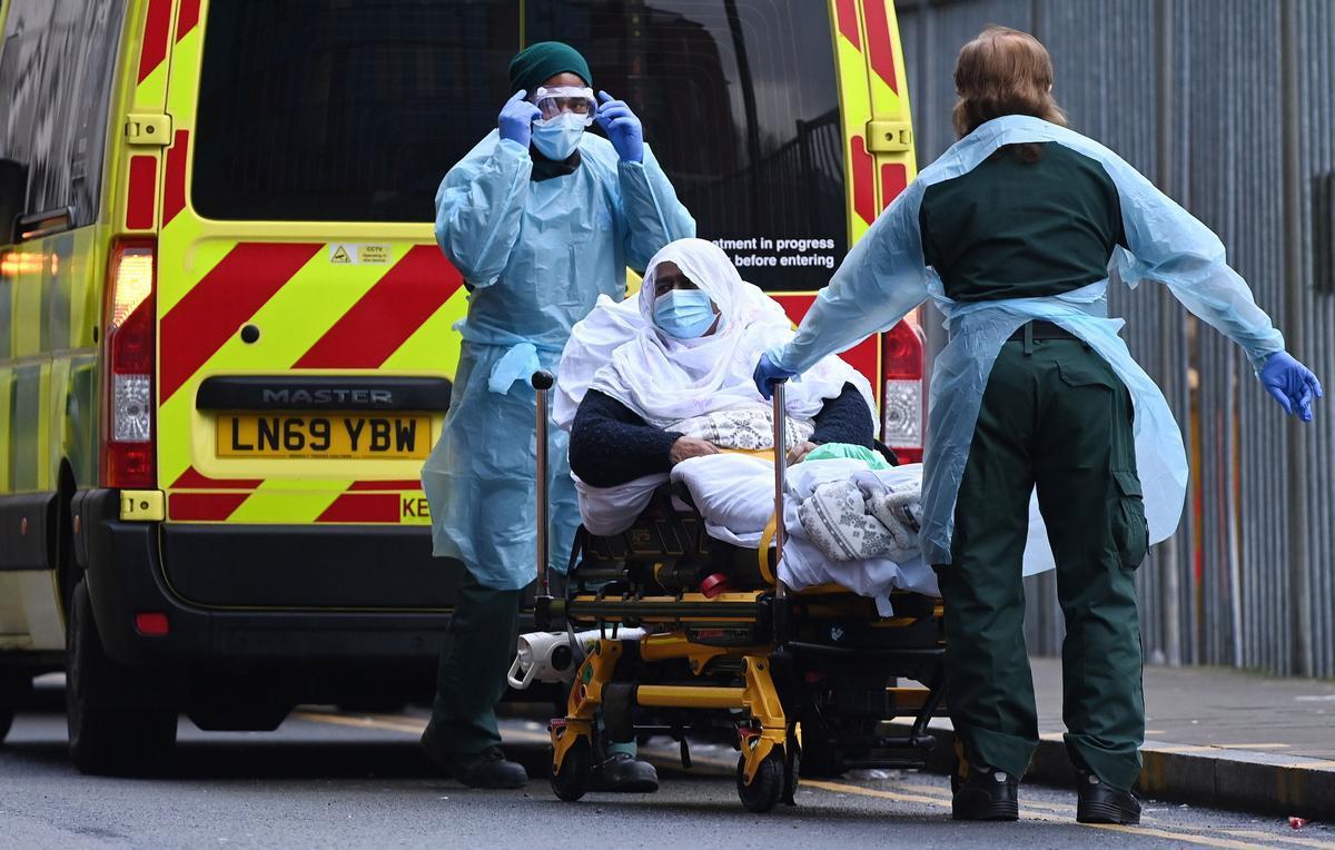 Un equipo médico traslada a un paciente al Royal London Hospital. ayer martes.