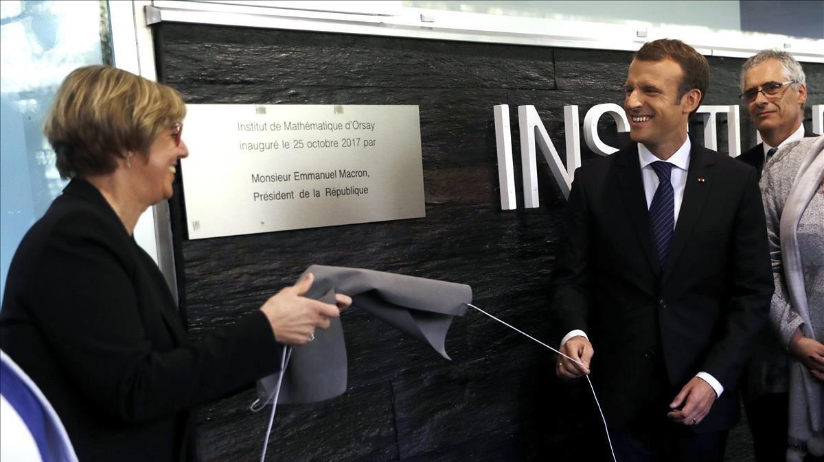 Macron y la presidenta de la Universidad París-Sud, Sylvie Retailleau, descubren la placa inaugural del Instituto de Matemáticas de Orly, el pasado octubre.