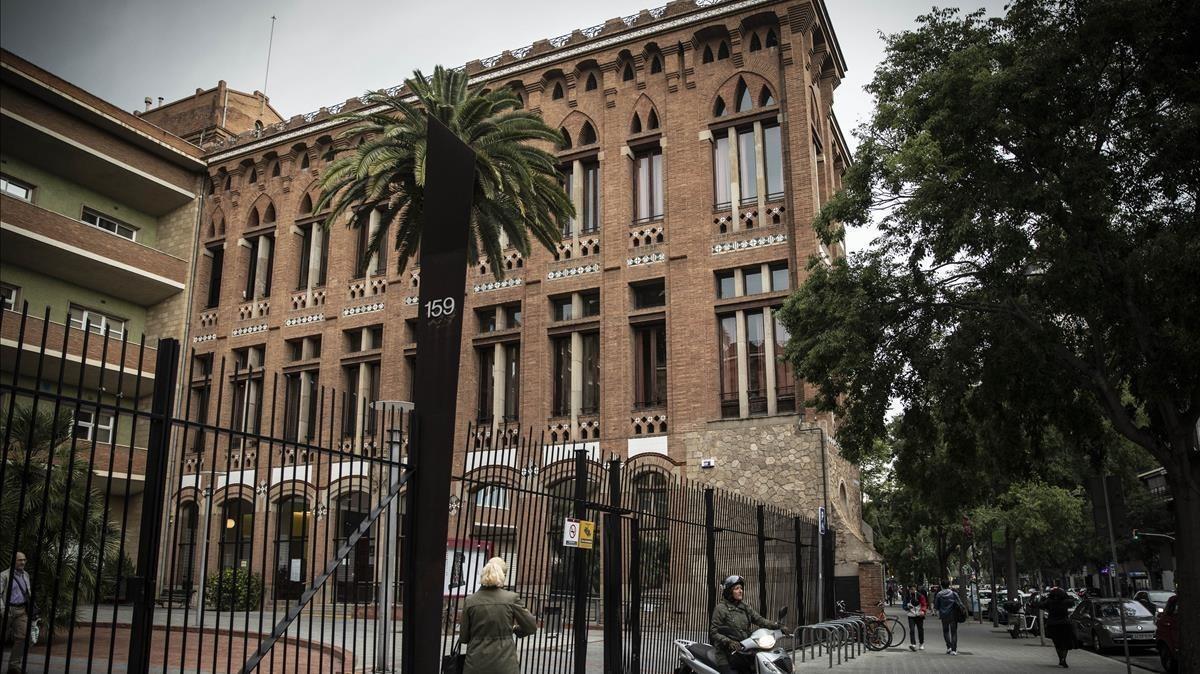 Detingut a Barcelona un monitor d'ESO que demanava fotos íntimes a les alumnes