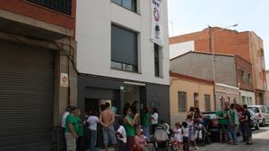 Membres de la Plataforma d'Afectats per la Hipoteca, a les portes de l'edifici ocupat.
