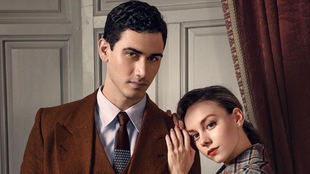 Alejandro Speitzer y Ester Expósito, en una imagen promocional de 'Alguien tiene que morir'.