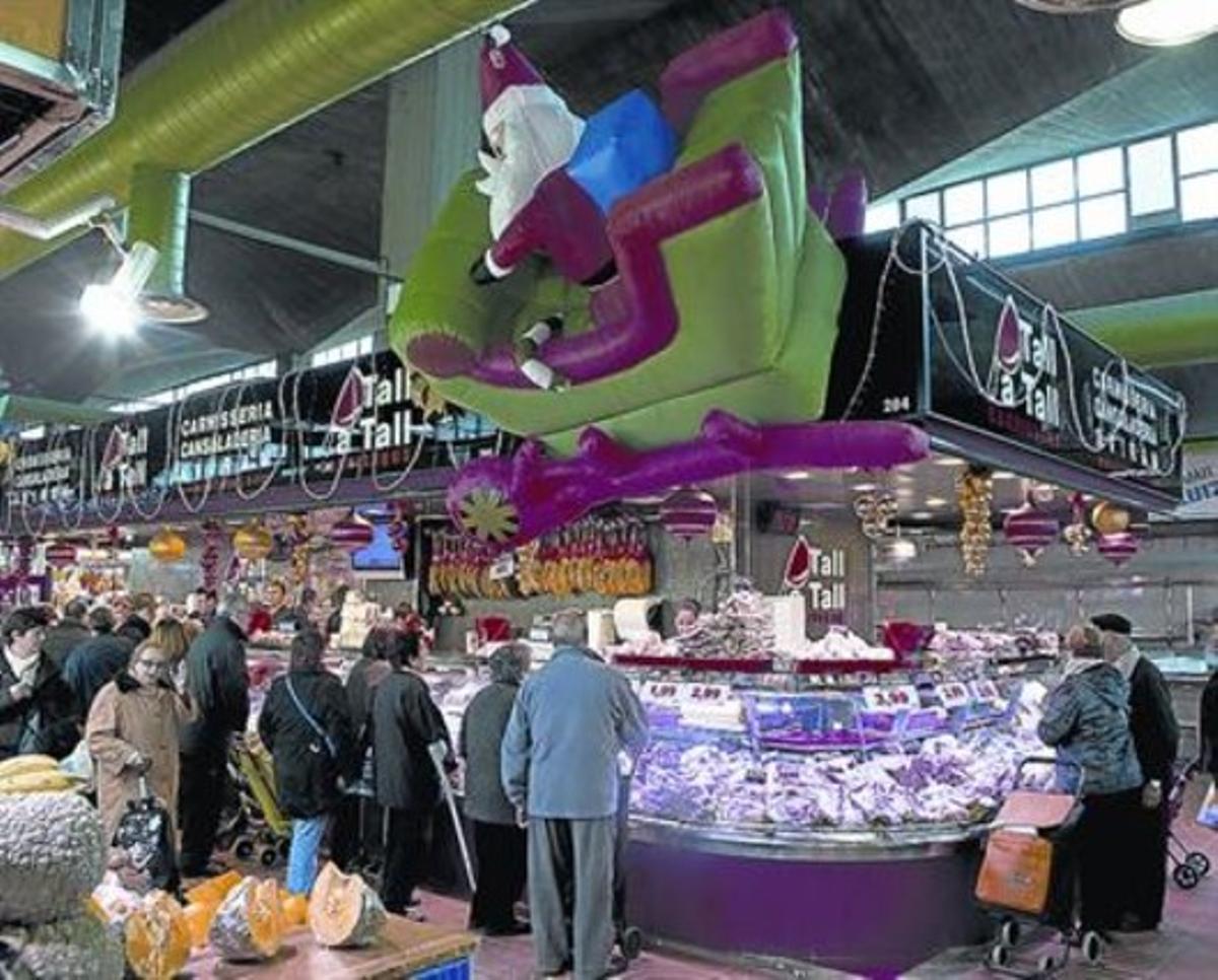 Demanda 3 Los clientes aguardan su turno en un puesto de carne del mercado de Sant Ildefons.