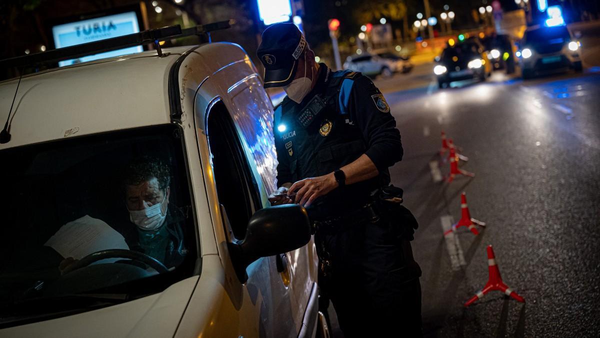 Control policial de vehículos en Barcelona durante el pasado toque de queda