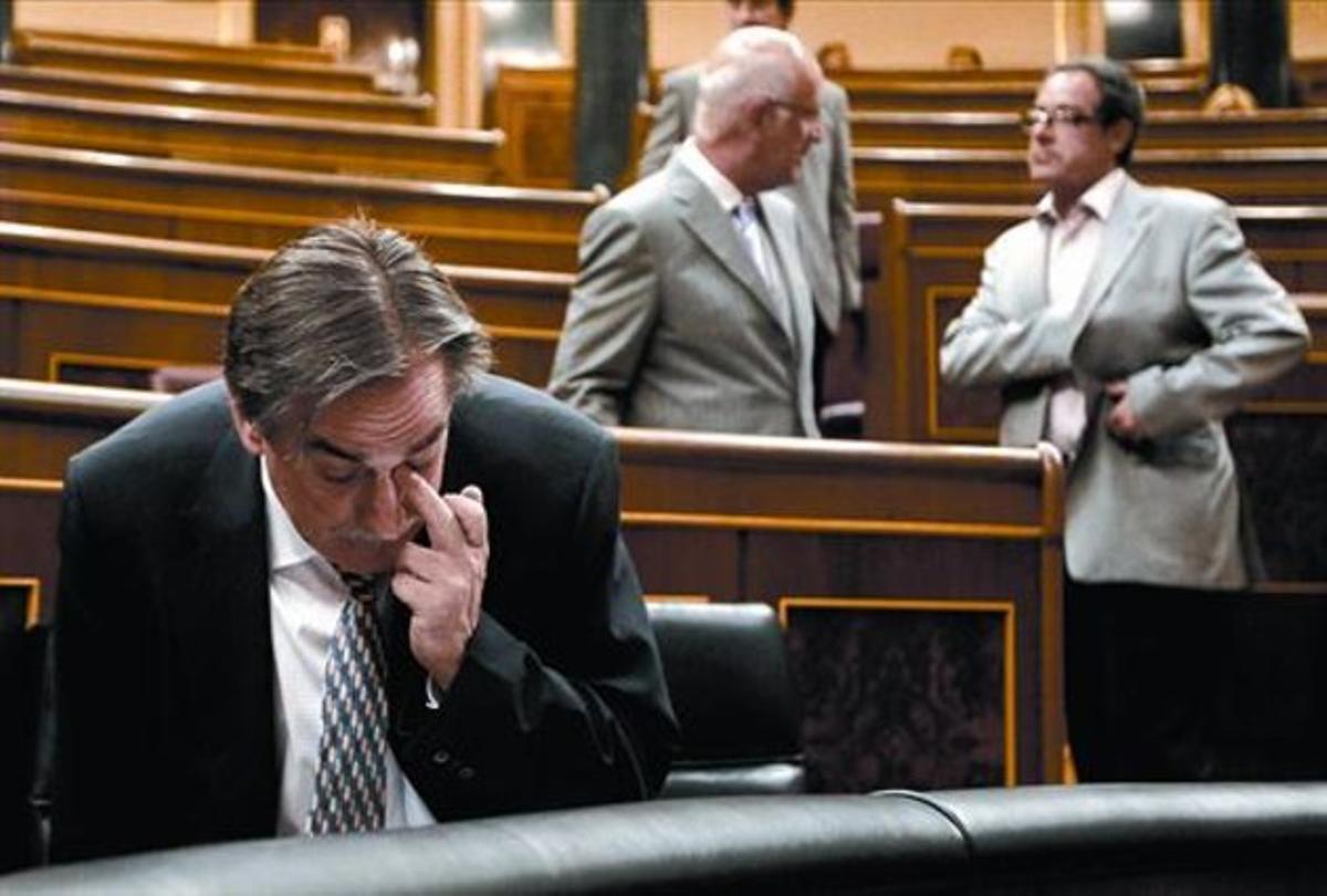 El ministro de Trabajo, Valeriano Gómez, y, al fondo, Josep Antoni Duran Lleida y Pere Macias, en el Congreso.