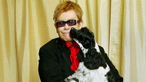 Elton John con su perro.