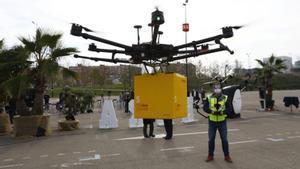 Un dron vuela en el párking sur de La Almoraza (Zaragoza), este viernes.
