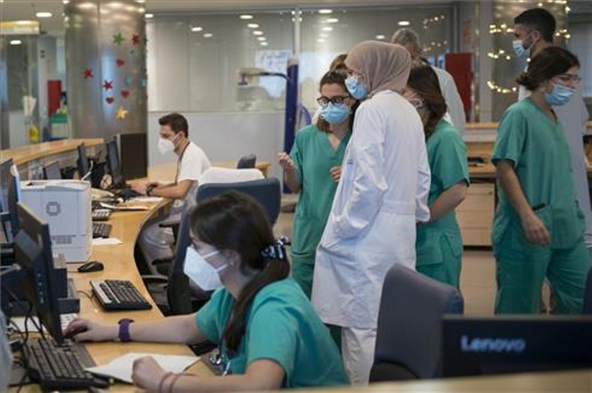 Personal sanitario de la uci para enfermos de coronavirus del Hospital Universitario Dr. Josep Trueta de Girona.