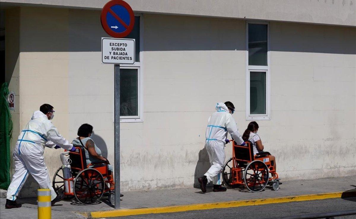 Traslado de pacientes en el Hospital 12 de octubre de Madrid.