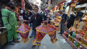 Un vendedor de las típicas lámparas de Ramadán en un zoco de Amán, Jordania.