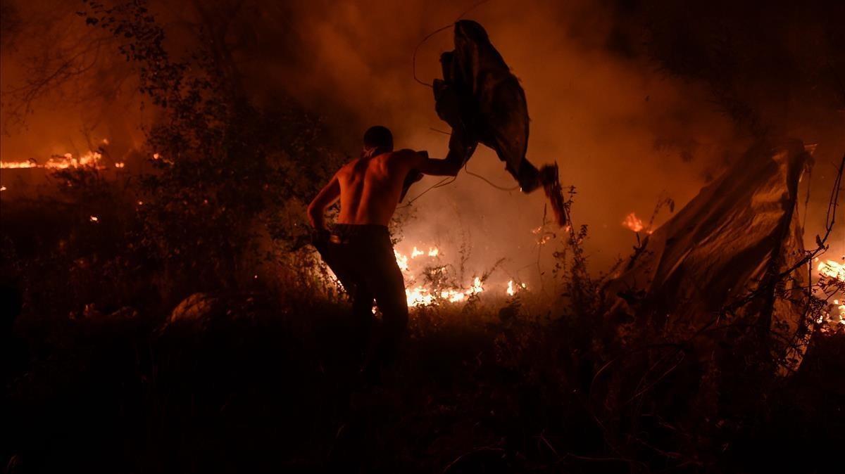Un hombre se enfrenta al fuego en el área metropolitana de Vigo.