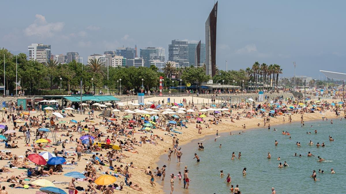 La playa de la Nova Icària de Barcelona, este domingo