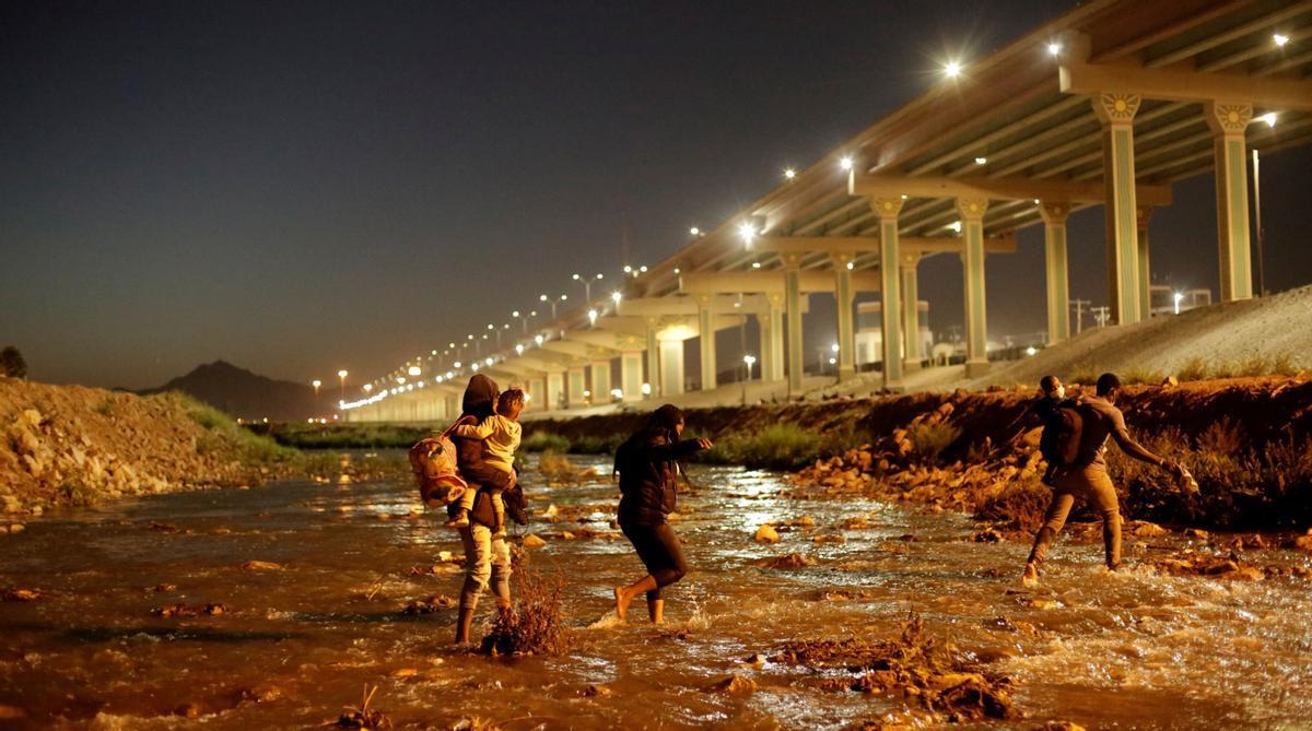 Inmigrantes cruzando Río Bravo en El Paso, Texas.
