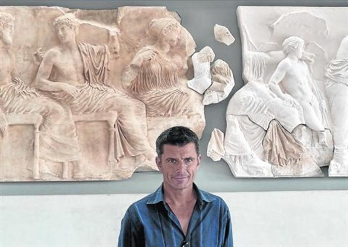 Pedro Olalla, junto al friso del Partenón expuesto en el Nuevo Museo de la Acrópolis, en Atenas.
