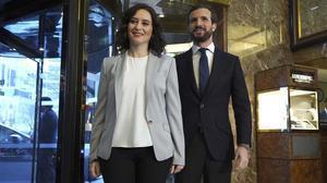 La presidenta de la Comunidad de Madrid, Isabel Díaz Ayuso, con el presidente del PP, Pablo Casado.