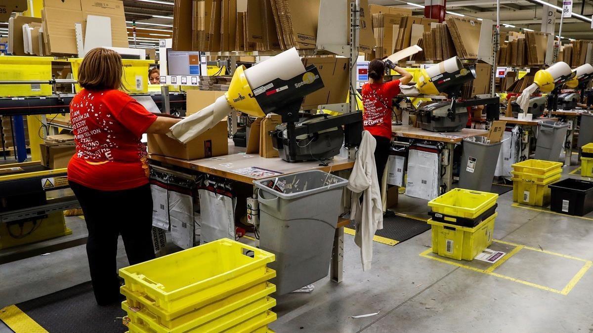 Varias trabajadoras en la nave de distribución de Amazon, en Torrejón de Ardoz, Madrid.